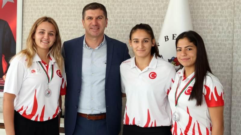Şampiyon güreşçiler, Başkan Ercengiz'i ziyaret etti