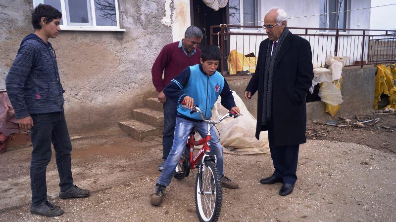 Yeşilova Belediye Başkanı Şenel, kısıtlı imkânlar içinde de olsa mutlu etmeyi sürdürüyor