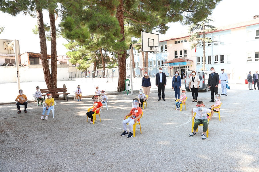 Burdur Belediyesi'nden öğrencilere okul kırtasiye seti